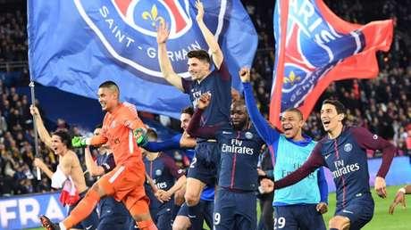 Jogadores comemoram título francês (Foto: AFP)