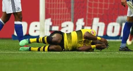 Batshuayi sofreu a lesão no fim da partida diante do Schalke (Foto: Guido Kirchner / AFP)
