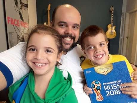 Diego Moreira, com os filhos Daniel e Mariana. Álbum da Copa é um divertimento para as crianças que possuem autismo