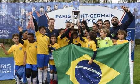A equipe sub-11 da PSG Academy Brasil conquistou o título do torneio, na França (Foto: Divulgação/PSG)