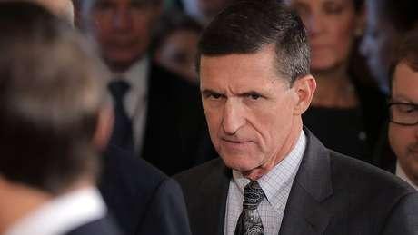 Michael Flynn manteve contatos extraoficiais com embaixador da Rússia nos Estados Unidos antes de assumir o posto e teria mentido às autoridades quando confrontado sobre episódio