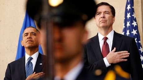 Comey ao lado do ex-presidente Barack Obama durante sua posse como diretor do FBI em 2013
