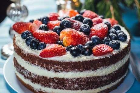 Naked cake decorado com frutas