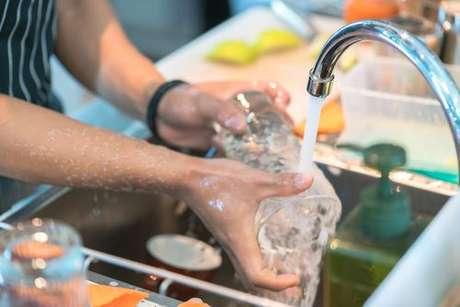Copo de vidro sendo lavado