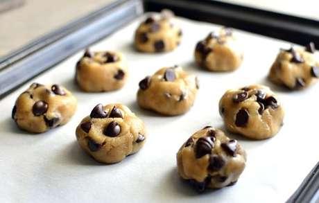 Cookies sobre uma assadeira forrada com papel-manteiga