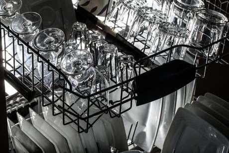Copos de vidro secando em um escorredor