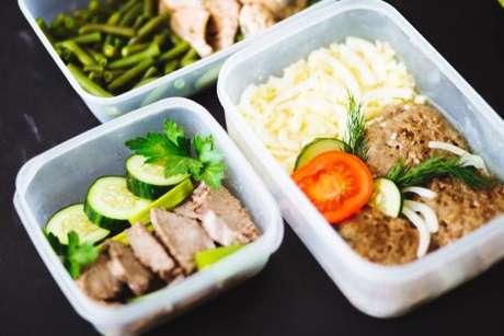 Marmitas com carnes, purê de batata e legumes