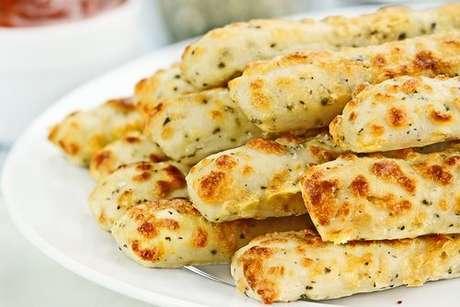 Palitinhos de cebola com queijo ralado