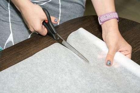Papel-manteiga sendo cortado