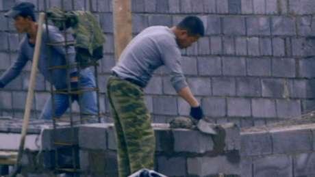 Trabalhadores norte-coreanos trabalham mais horas que os poloneses; embaixada da Coreia do Norte na Polônia diz que legislação é cumprida e nega acusações
