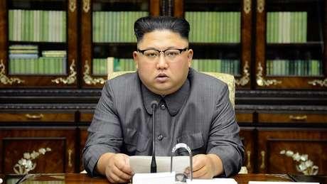 Kim Jong-un, em imagem de sua agência oficial de notícias, aceitou encontro com Trump e iniciou reaproximação com a Coreia do Sul após ano marcado por testes nucleares e ameaças