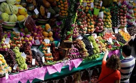 Consumidores fazem compras em mercado em São Paulo 06/09/2017 REUTERS/Paulo Whitaker