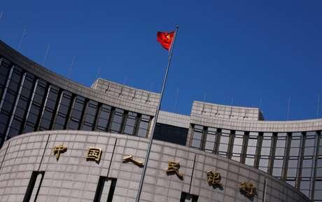 Bandeira chinesa é vista em sede do Banco Central da China, em Pequim 03/04/2014 B REUTERS/Petar Kujundzic