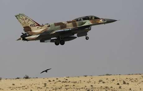 Caça israelense F-16 durante voo de treinamento 21/10/2013 REUTERS/Amir Cohen