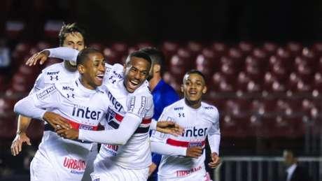São Paulo sofre para furar retranca do Paraná, mas vence por 1 a 0, no Morumbi (Foto: MARCELLO FIM / RAW IMAGE)