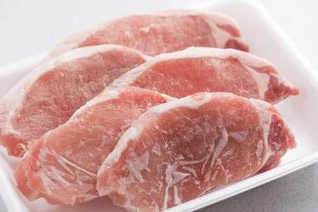 Fatias de carne congeladas em uma bandeja