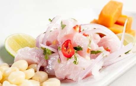 Ceviche: peixe branco com cebola roxa, caldo de limão, pimenta e salsinha