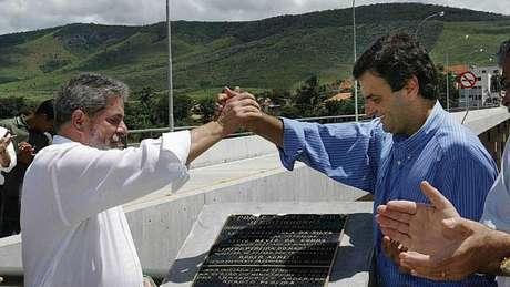 Lula e Aécio em foto de 2004, quando eram presidente e governador, respectivamente; hoje, um está condenado e o outro, denunciado pelo mesmo crime: corrupção passiva