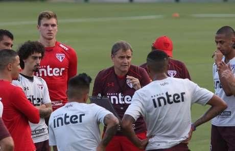 O técnico Diego Aguirre passa instruções aos seus comandados antes do jogo decisivo com o Atlético-PR (Érico Leonan/saopaulofc.net)