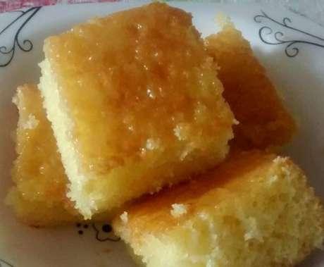 Pequenos pedaços do bolo de laranja molhadinho