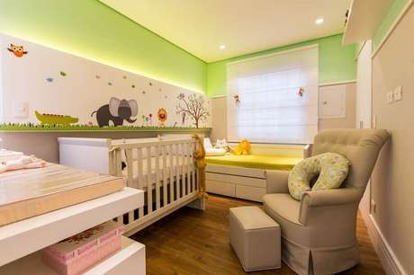 14. Quarto decorado com tema de safári no papel de parede infantil para quarto de bebê