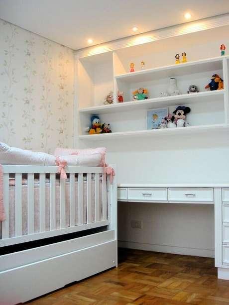 7. Delicado papel de parede para quarto de bebê feminino