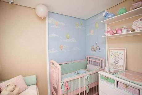15. Linda decoração lúdica com papel de parede para quarto de bebê