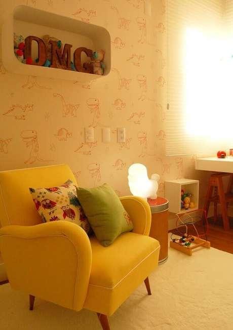 17. Quarto de bebê decorado com papel de parede com estampa de dinossauro
