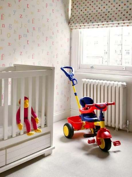 32. Quarto de bebê com papel de parede com estampa de letrinhas