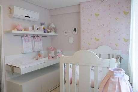 34. Quarto de bebê feminino com papel de parede estampado com passarinhos