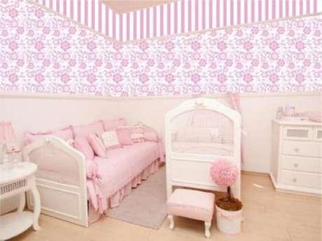 33. Estampa floral em papel de parede para quarto de bebê feminino