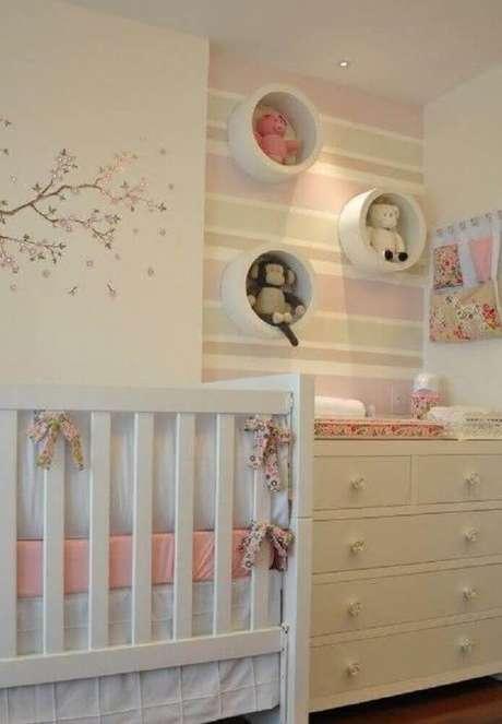 9. Decoração delicada com papel de parede para quarto de bebê feminino listrado.