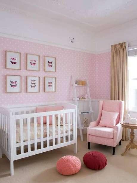 47. Papel de parede cor de rosa para quarto de bebê feminino com estampa de poá