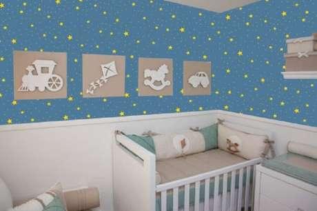 46. Decoração com papel de parede para quarto de bebê masculino com estampa de estrelinhas