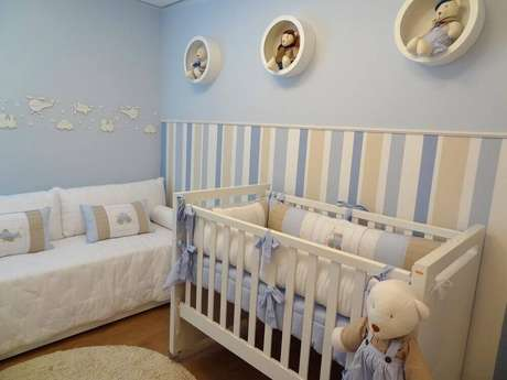 10. Decoração azul e branca com papel de parede para quarto de bebê masculino