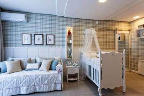 35. Quarto de bebê masculino com papel de parede com estampa xadrez