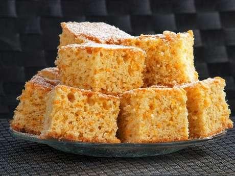 Pedaços de bolo de laranja molhadinho