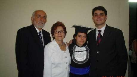 Débora com os pais e o irmão, Frederico, na formatura do magistério: 'Eu ajudo a educar e a incluir todo mundo', diz