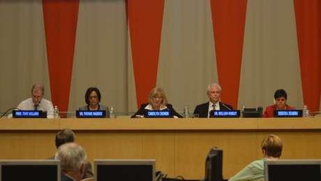 Em participação na 3ª Conferência do Dia Internacional da Síndrome de Down, na ONU, Débora (de vermelho), disse que 'a inclusão começa na família'