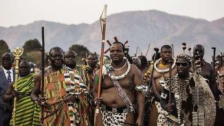 O rei Mswati III, no centro, assumiu o poder em 1982