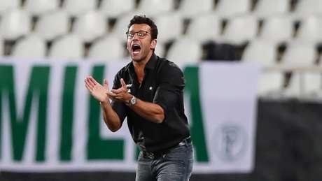 Alberto Valentim fica agitado praticamente o tempo todo durante as partidas (Andre Melo Andrade/Eleven)