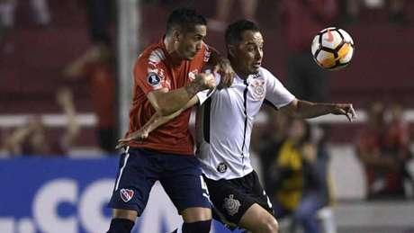 Com gol de Jadson, Corinthians bate o Independiente, na Argentina, e lidera grupo na Libertadores (Foto: AFP)