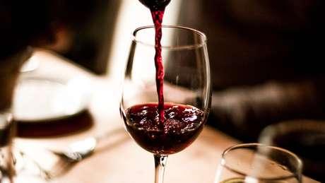 Cientistas dizem que beber vinho, mesmo com moderação, não necessariamente é bom para o coração, como estudos mais antigos afirmavam