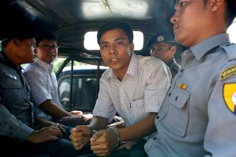 Jornalistas detidos da Reuters Kyaw Soe Oo e Wa Lone dentro de carro de polícia em Yangon 20/04/2018 REUTERS/Ann Wang