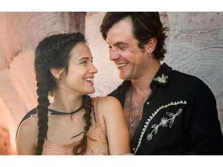 """Em """"O Outro Lado do Paraíso"""", Gael (Sergio Guizé) recebe declaração de Clara (Bianca Bin)!"""