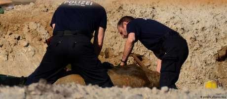 Peritos da polícia preparam bomba para ser desativada