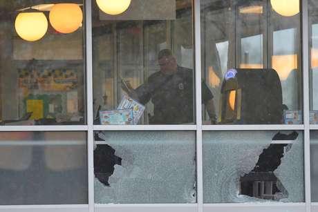 O atirador, armado com o que foi descrito como um rifle AR-15, adentrou o restaurante em Antioch, nos subúrbios de Nashville, pouco antes das 3:30 da manhã.