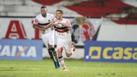 Carlinhos Paraíba comemora seu primeiro gol em sua reestreia no Santa (Foto: Marlon Costa/Pernambuco press)