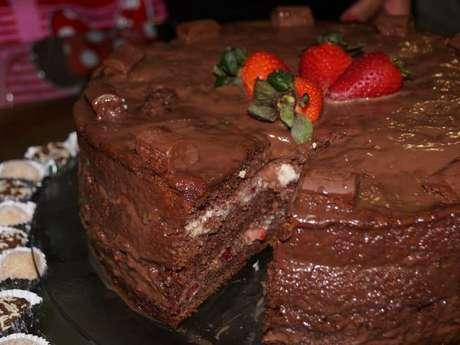 Bolo de chocolate com morango: faça em casa