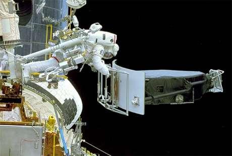 Astronauta modifica parte do telescópio em 1993 (Foto: NASA/ESA)